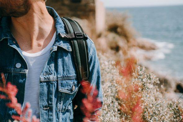 look homme printemps veste en jean sac a dos