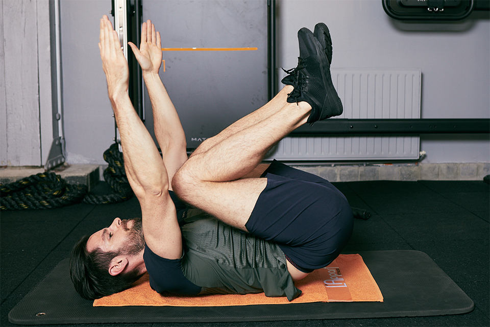 enroulement de bassin abdos variante bras tendus