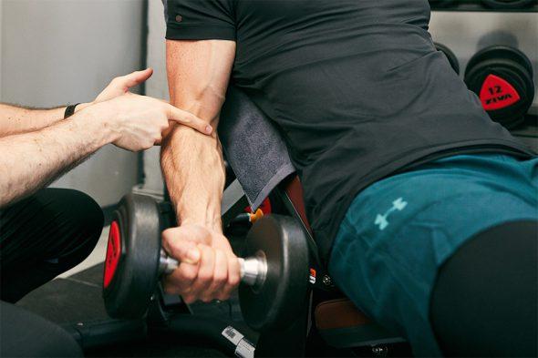 exercice musculation curl haltère mouvement