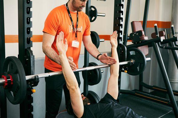 exercice musculation pectoraux ecartement mains