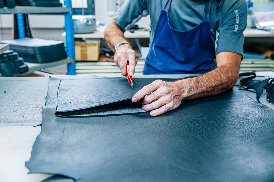Atelier Bleu de chauffe cuir découpe finition