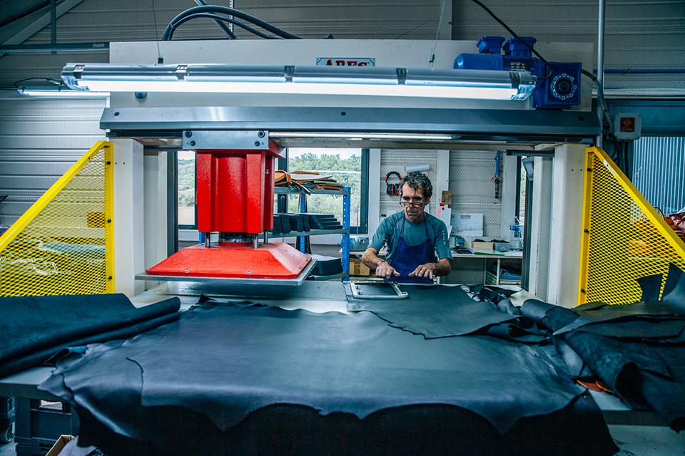 Atelier Bleu de chauffe cuir découpe presse