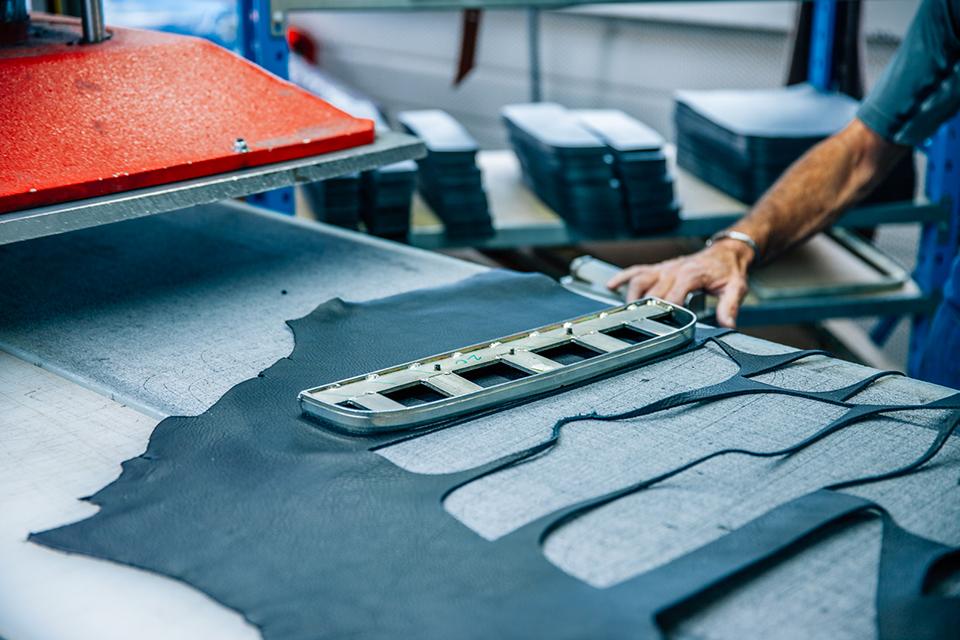 Atelier Bleu de chauffe cuir découpes