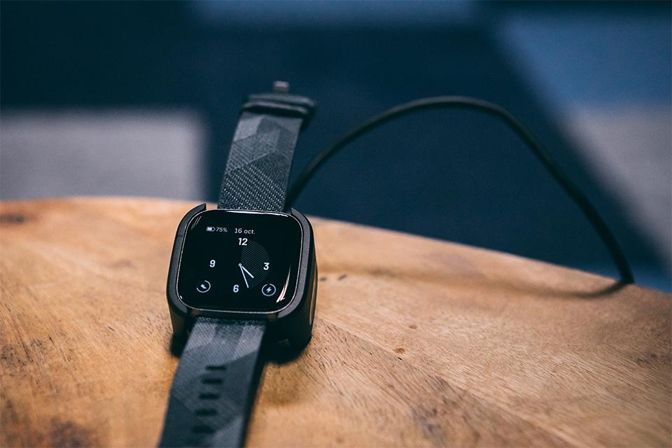 montre connectee fitbit versa 2 test et avis chargeur