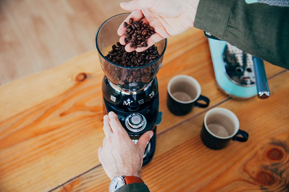 Café SMEG préparation broyeur grains main