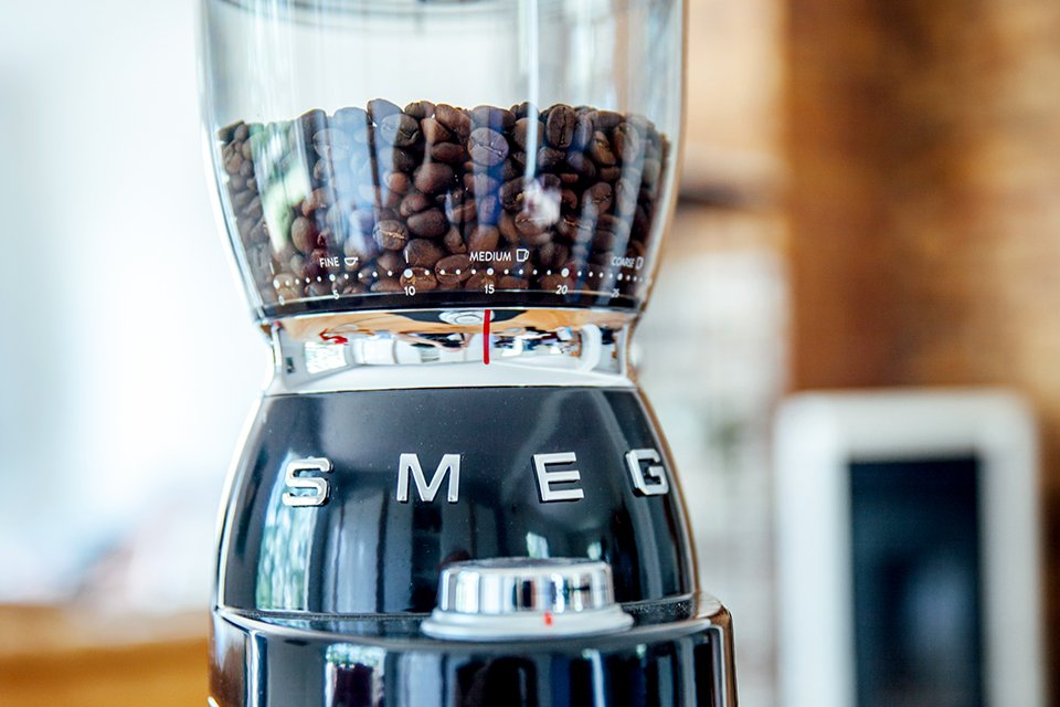 Café SMEG préparation broyeur reservoir