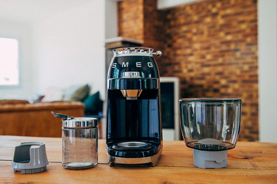 cafe smeg presentation broyeur accessoires