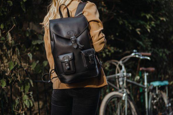 Pachamama sac à dos cuir noir femme blonde 2