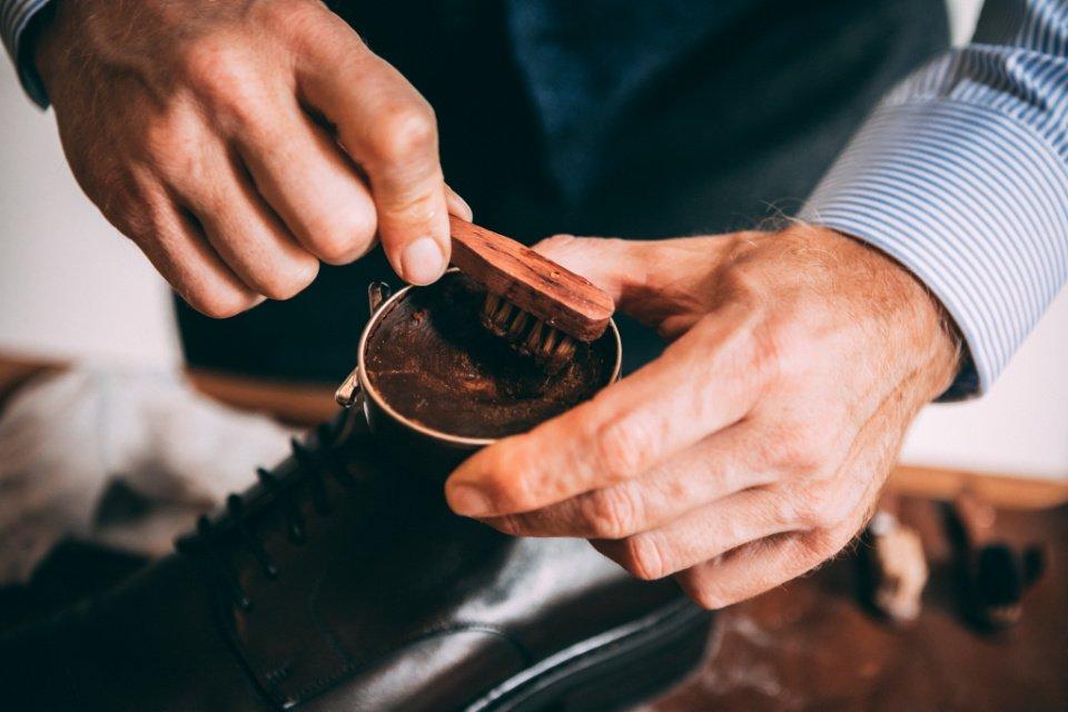 Entretien-Chaussures-Cirage-Close-Mains