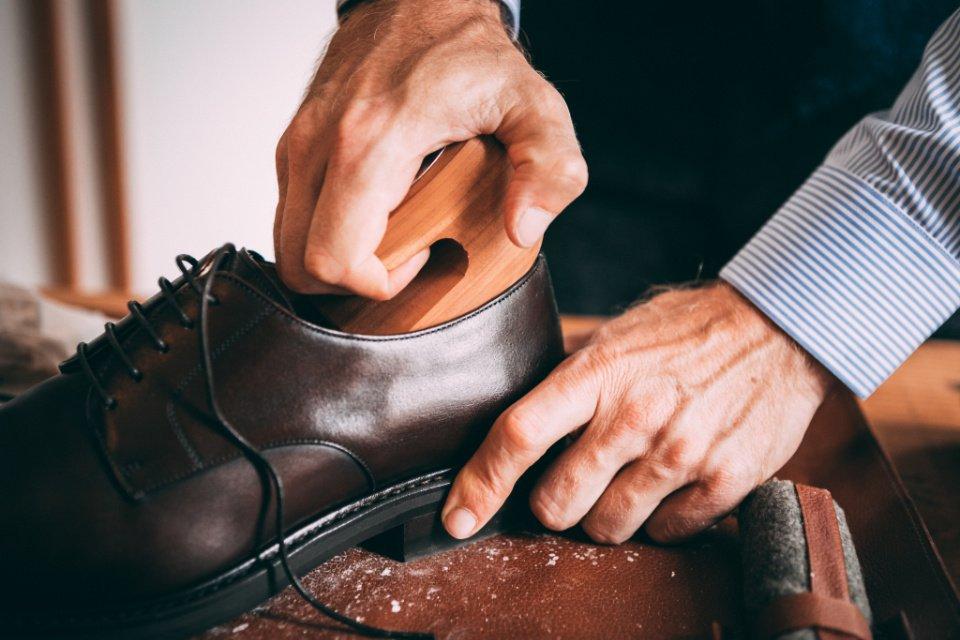 Entretien-Chaussures-Embauchoirs-Mains