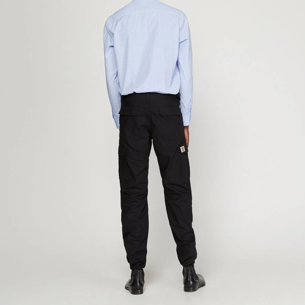 pantalon cargo carhartt slim fit noir porté de dos