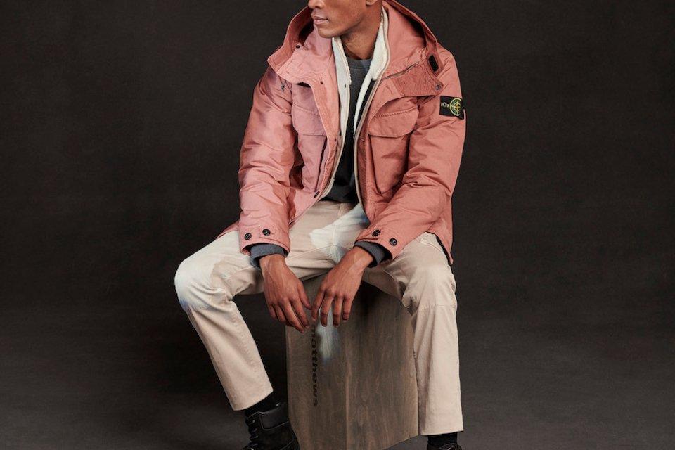 stone island veste rose homme assis
