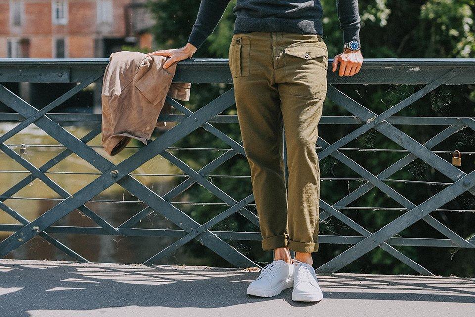 detail chino kaki pantalon champ de manoeuvres
