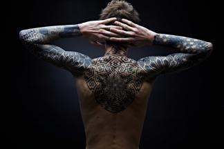 tatouage dos homme géométrique