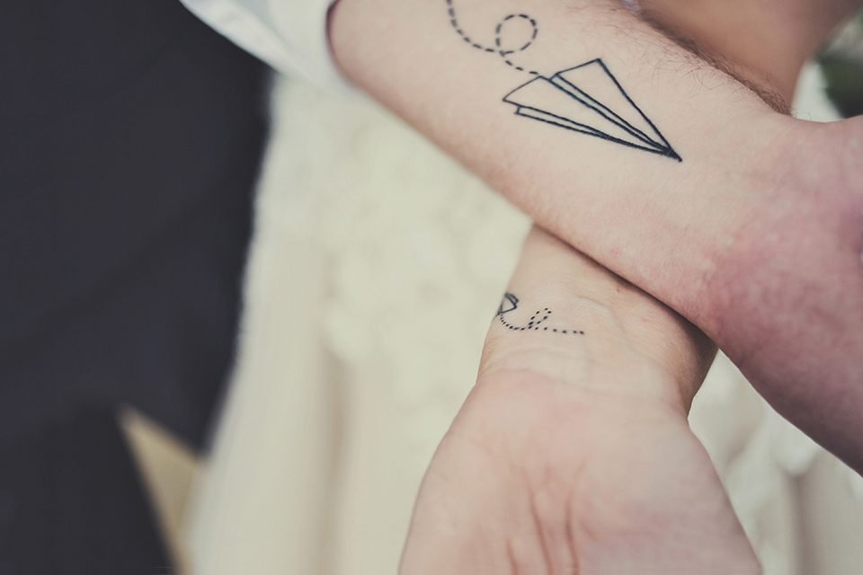 Tatouage origami avion papier