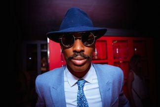 look dandy chapeau lunettes cravate
