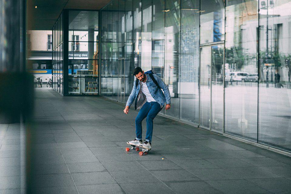 look homme surf skate mouvement